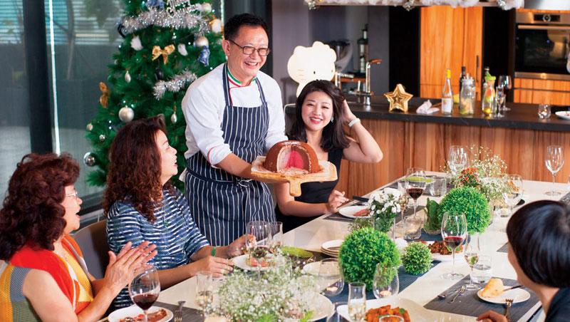 笑稱自己是「人來瘋」的主廚王嘉平(中站立者),在派對裡更化身開心果,把每道菜講得活靈活現的,讓賓客全都笑開懷。