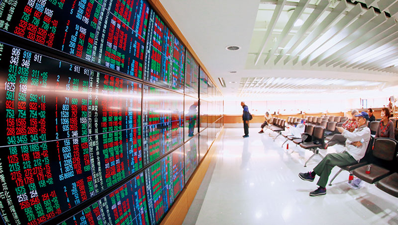 因網路下單發達,證券交易大廳風華不在,但仍有散戶到此看盤,散戶指標融資餘額下半年更大增。
