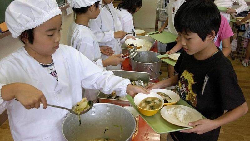 不只當伙食,而是當教育!看日本人如何用「營養午餐」養出長壽的國民