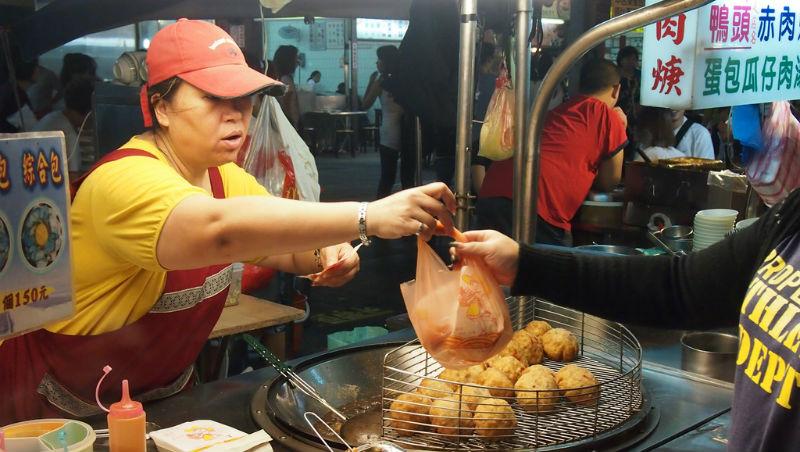 一個老美在台灣夜市的觀察:店家用塑膠袋裝食物、再用一個塑膠袋包著…真的太浪費!
