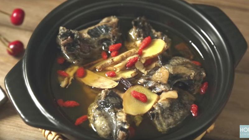 低溫下探9度!美味人妻:用電鍋煮「藥燉燒酒雞湯」補氣暖身,加一匙「●●」更入味