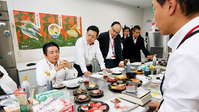 水留社長(左1)每年試吃逾百場,1,200多道新品中只有50道會上市,維持2成到3成為季節性菜單。壽司郎認為在數據之外,「新鮮感」才能持續成功。