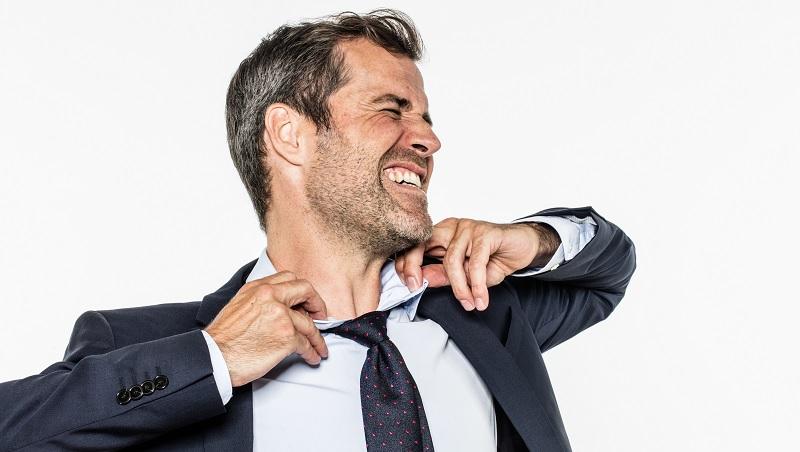 同事中午才進公司,他遲到一分鐘卻被扣900元…一個職場故事的啟示:要求公平前,請先惦惦斤兩