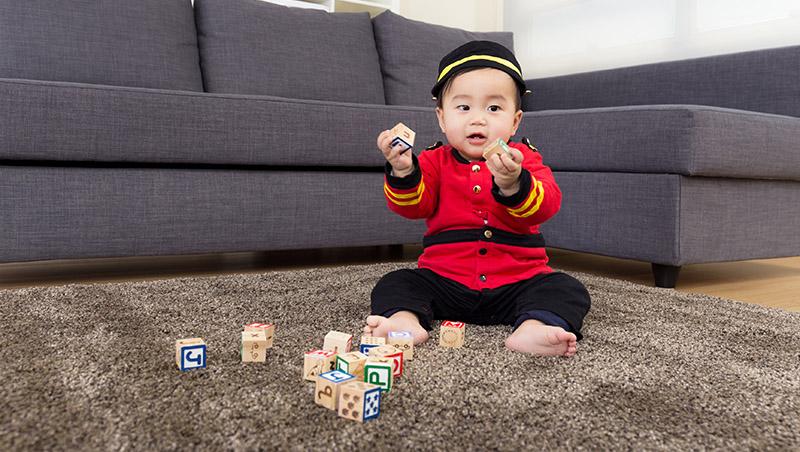 不用花錢買玩具,照樣教出聰明的寶寶!英國「沒有玩具」的育兒祕訣
