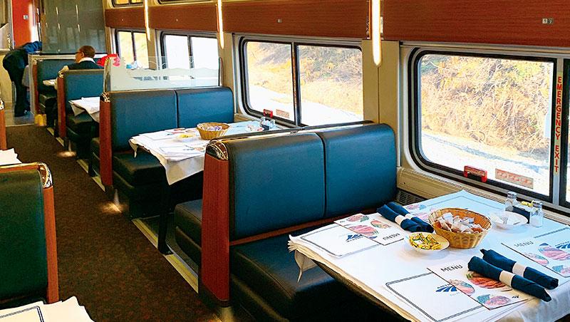 火車的餐車有專業廚房和廚師,牛排尤其令人驚?;餐車上同桌共餐邂逅的乘客,萍水相逢反而更能交流另類的觀點。