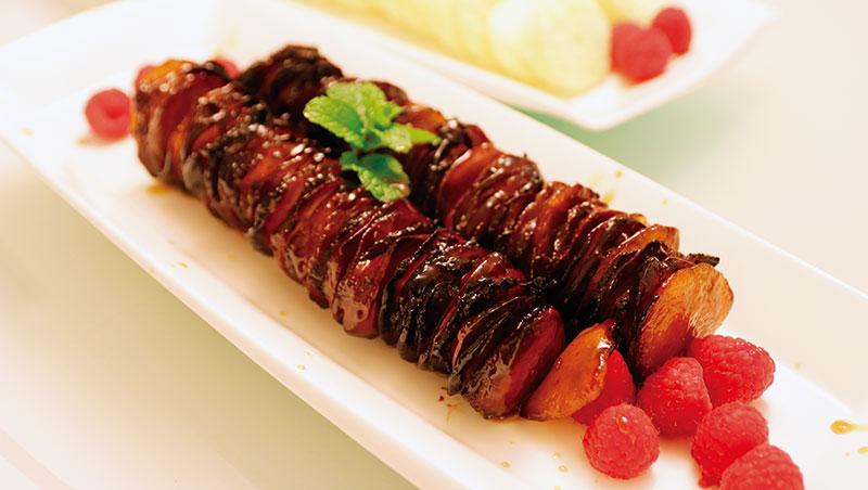 當晚宴席上,最是難忘者:首先是戈渣,有別於傳統配方,以海膽入蛋,遂加倍鮮醇芳馥,細膩綿柔;而桂花瑤柱之噴香鬆爽、金錢雞之鹹郁濃甘,鹽焗雞之滑嫩香美,在歷來所嚐中可曰名列前茅;還有仙鶴神針從做工到味道的奢華不可方物……都是令人驚呼連連的好菜。