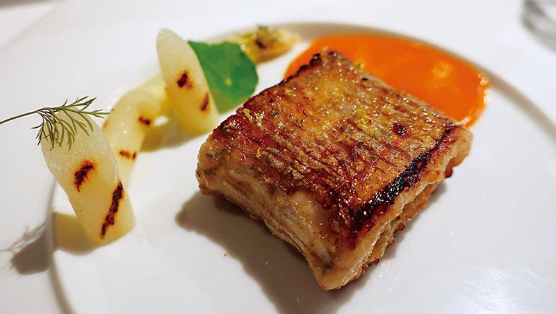 舉例而言,以今年幾處所嚐,「Ta rroir 態芮」的香煎白帶魚捲以剝皮辣椒和嫩薑佐搭枸杞蛋黃醬和白蘆筍,材料味道無一不台,但以形式與技法論,毫無疑問是台魂法菜。「祥雲龍吟」的紅喉魚,覆以小黃瓜醋、大黃瓜丁、馬鈴薯泥以及酢漿草,日式餐廳、台產食材,但在我看來,這素材醬汁之層疊邏輯,也屬法菜。