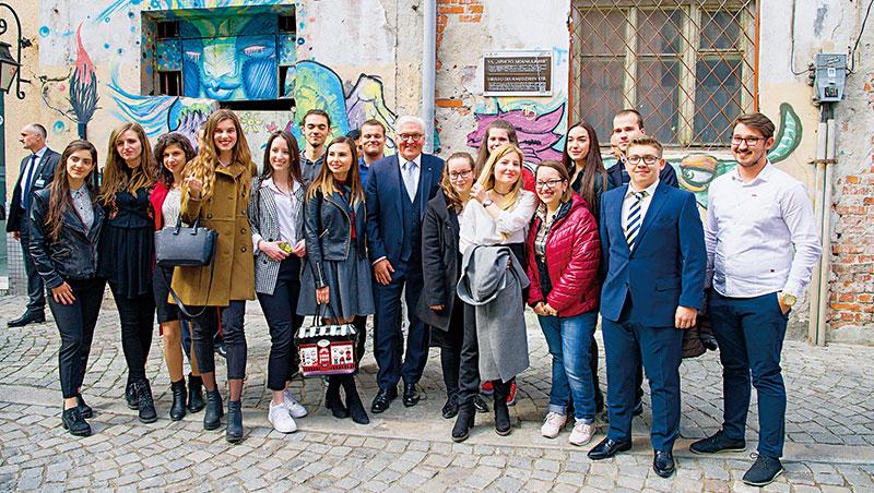 薪資調查報告指出保加利亞最低時薪僅新台幣60元,是歐盟墊底國,這讓許多年輕人想出國闖蕩,做出一番成就再回國。