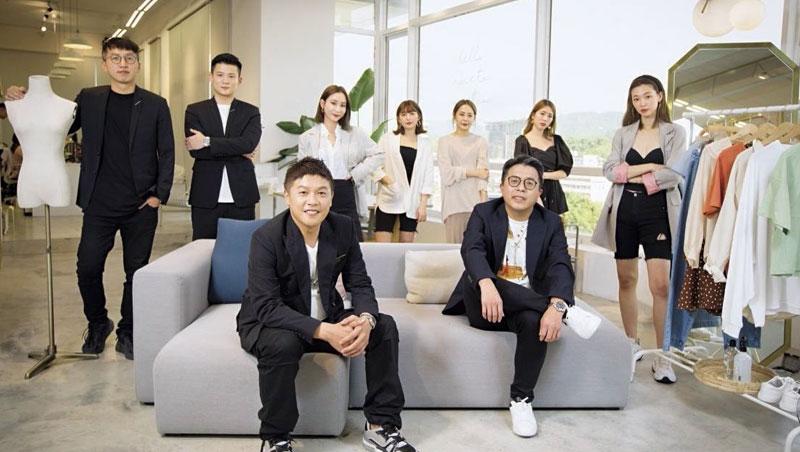 採訪當天,除了美而快董事長廖承豪(前左)、總經理王志仁(前右),旗下生態系包括 Mercci22、Armora ju、Miyuki select等3個網紅品牌的負責人也特別一同入鏡。