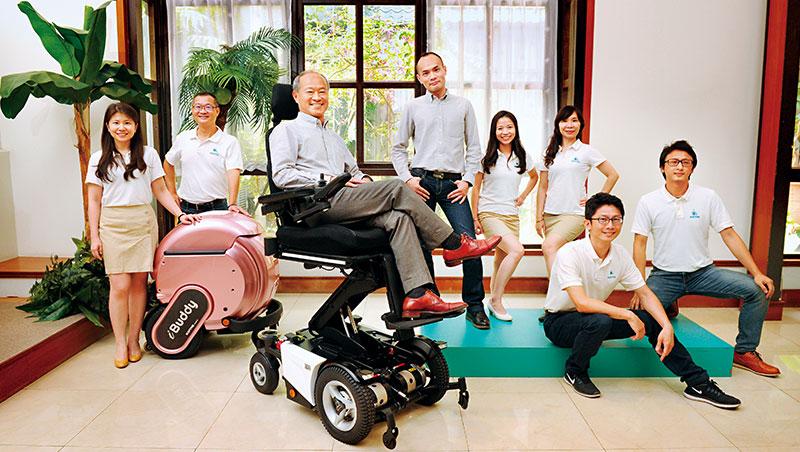 康揚打進四十多國,董事長陳英俊(左3)說每個市場都有獨特性、都像重新創業,「修正一慢你就輸了。」