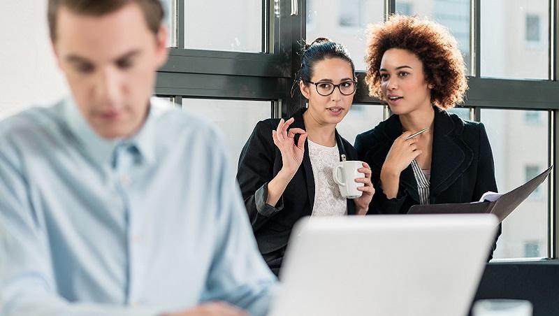同事在閒聊,想湊兩句卻一哄而散...不受員工愛戴的主管,3個重點改變領導力