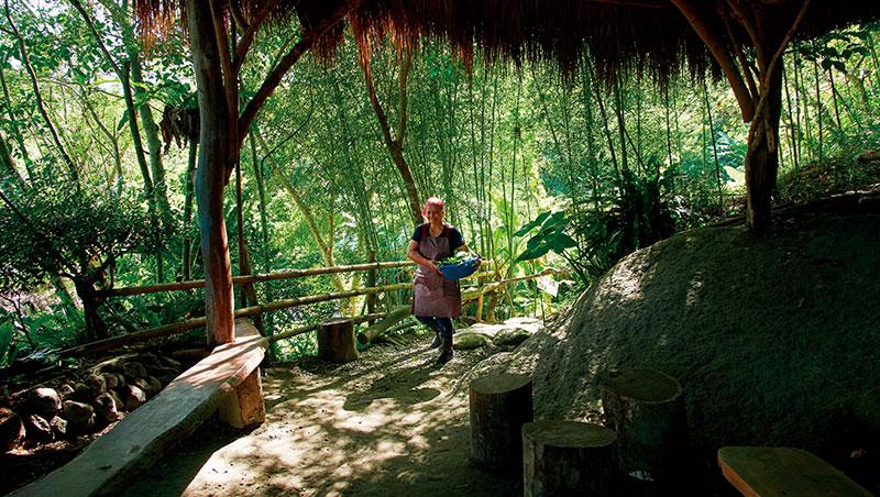 部落媽媽穿梭在樹林與廚房間的廊道,為今天的午餐忙碌著。