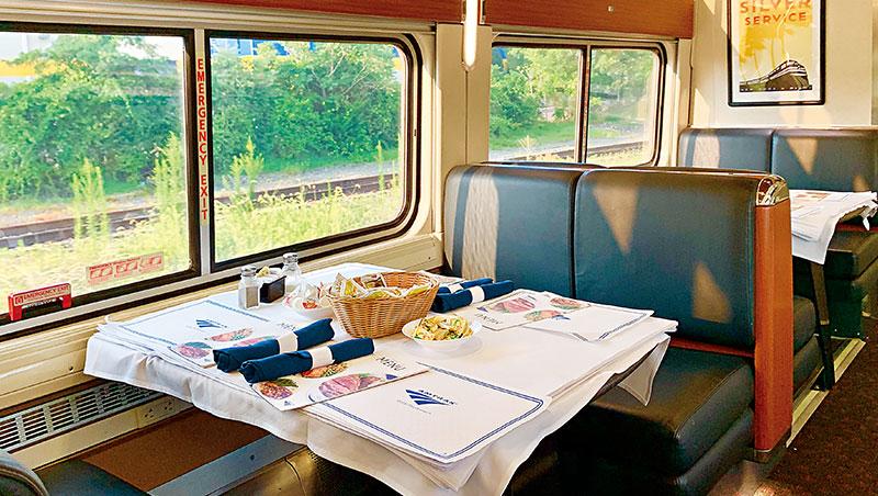 餐車上所有餐桌都是四人卡座、兩兩並排相對而坐。如果同夥人數少於四人,將會被安排和陌生人同桌共餐。