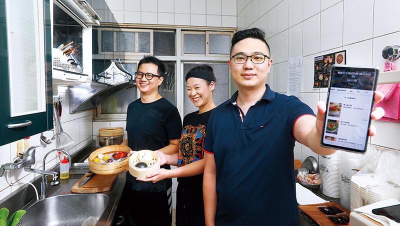 港式料理供應商嚐盛創辦人范翔盛(右)認為:「全台龐大的Soho族和家庭主婦,都能是虛擬廚房的一員。」