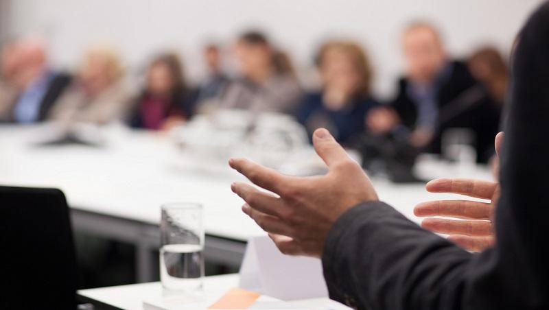 「為什麼沒人聽我說話?」發言經常不被重視...比起學表達更有效率的2技巧