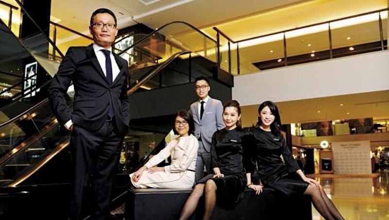 晶華董事總經理吳偉正(左1)整合飯店與賣場的貴賓服務部及租賃營運部門,貴賓服務部總監江淑芬(左2)還會陪客戶爬山,增進雙方情誼。