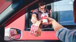 到麥當勞「得來速」,將只有AI機器人幫你點餐?速食龍頭的「科技變身記」