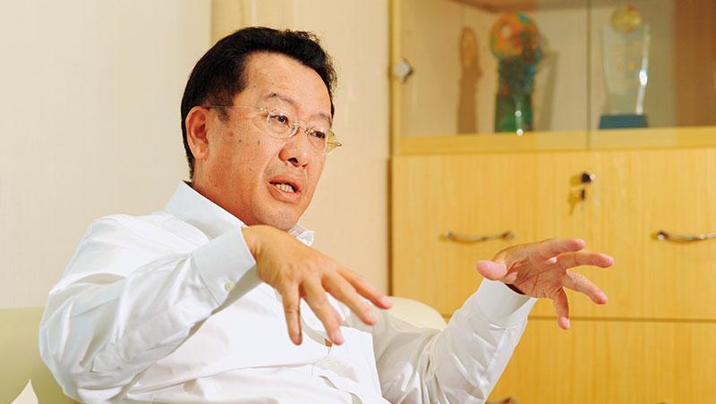 台灣人愛買儲蓄險,金管會主委顧立雄卻認為,很多儲蓄險保單,業者是虧錢在賣。1小時的訪談中,他不斷強調一個原則:「收益」與「風險」必須取得平衡。