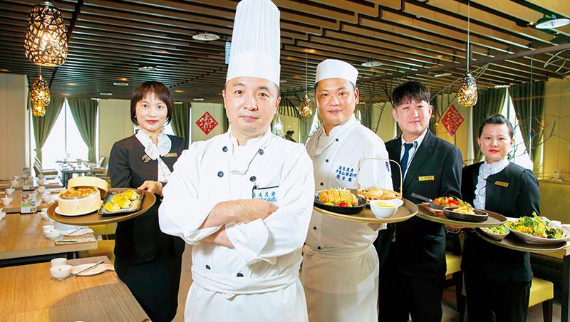 漢來蔬食品牌長:羅嶸(左2)