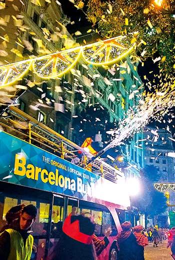 西班牙「三王節」前一夜花車大遊行,如消防車噴水般撒下色彩繽紛的糖果和紙花。