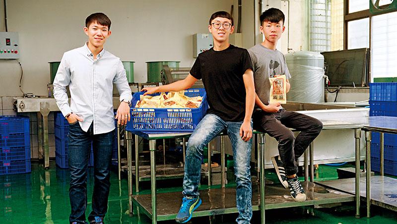 高銘辰(中)等3人創辦雞胸肉網路品牌「野人舒食」,讓一間10萬元起家的小公司,做到年營收破億。
