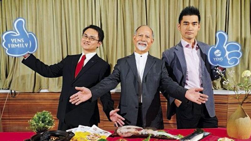 元家董座顏元博(中)現已逐漸交棒給兒子顏志鼎(右)與顏志杰(左)。他認為有盈餘就要先投資,否則虧損再轉舵就來不及了。