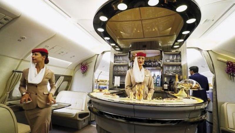 新世代旅客希望在飛機上也能有社交空間,酒吧已成大型飛機頭等艙的標準配備。
