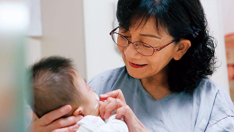 馬偕新生兒病房裡最溫暖的風景之一,是許瓊心抱著早產兒觀察孩子的反應。她超過40年的臨床經驗,被稱作「行走的教科書」。