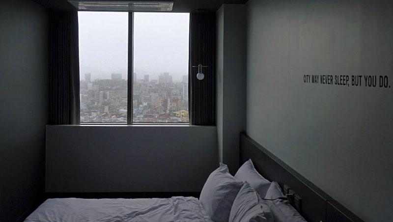 房間雖小但一應俱全,窗外是熱鬧的江南風光。