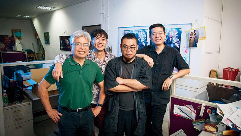 許經夌(左起)、導演紀敦智、黃瀛洲與施奇廷,皆非動畫背景出身,與團隊帶著熱情苦苦鑽研、打造原創動畫《重甲機神》