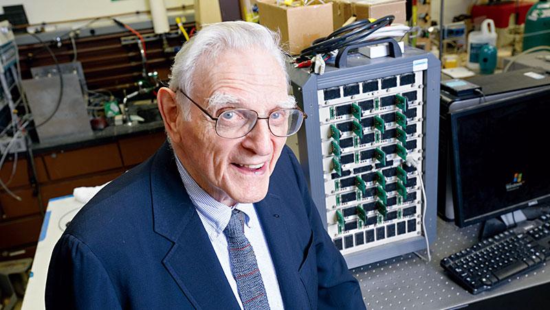 古迪納夫在1980年發明可充電鋰離子電池,不僅揭開可攜式電子裝置榮景,更帶動後進研究,迎來筆電、手機大成長時代。