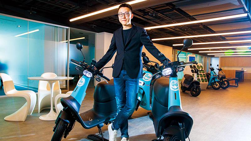 GoShare新事業總監姜家煒坐在自家製造機車上,認為有自有硬體製造及電源交換系統,才能掌握消費者的全程體驗。