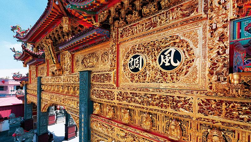 東隆宮擁有全台最大黃金牌樓,從空拍機視角可清楚看見繁複雕刻和匠師貼金箔的精密技法。