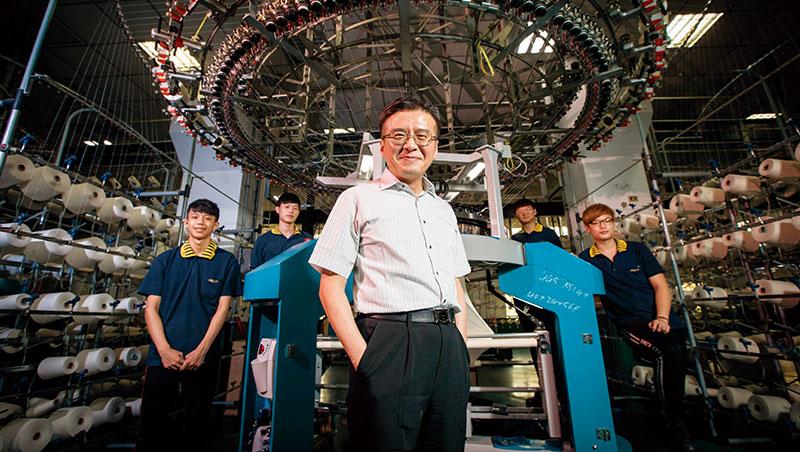 「東進西進不如上進,留在台灣,就必須把不可能變可能。」王堅倉(前)說。他背後的試車部員工,逾半是東北角當地青年。