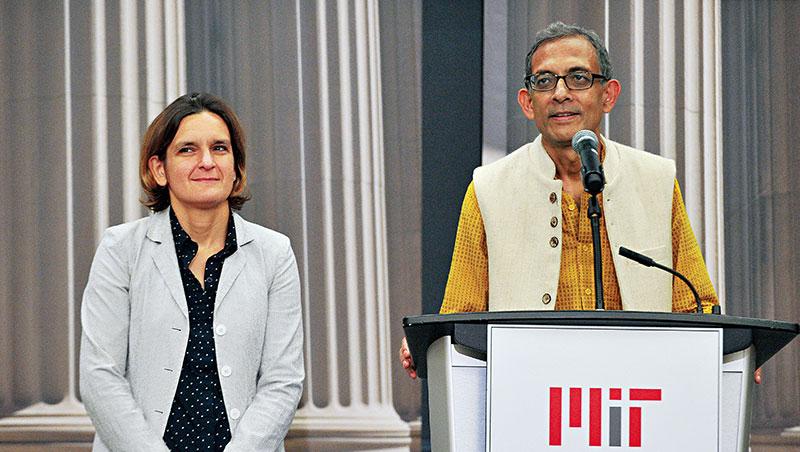 巴納吉(右)、杜芙若(左)是年齡相差12歲的經濟學家夫妻檔,杜芙若更是史上最年輕的諾貝爾經濟學獎得主。