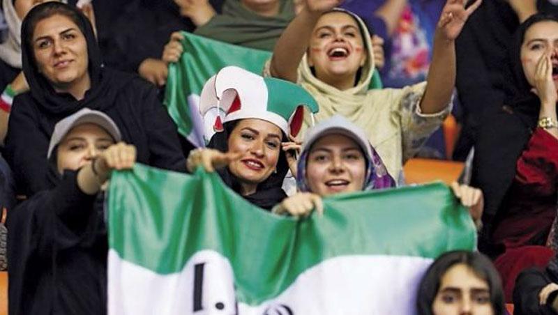 伊朗女球迷可現場看某些球賽,唯獨嚴禁足球40年;這次開放觀賽仍有不同門口進出、觀眾席分開等限制。