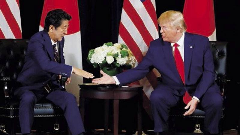 安倍(左)貫徹「川普第一」,建立起美日蜜月關係。一旦美國換民主黨執政,不一定能延續下去。