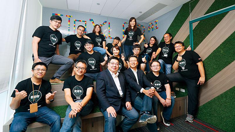 中信AI團隊主帥王俊權、賈景光(前排左3、左4)一文一武,合力率領AI大俠們,勇闖金融創新武林。