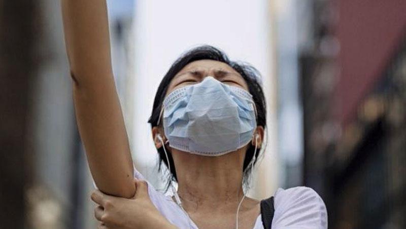 《禁蒙面法》宣布後,成千的香港民眾從4日晚間7點抗爭到半夜,多個商場關閉,一成自動提款機遭砸。