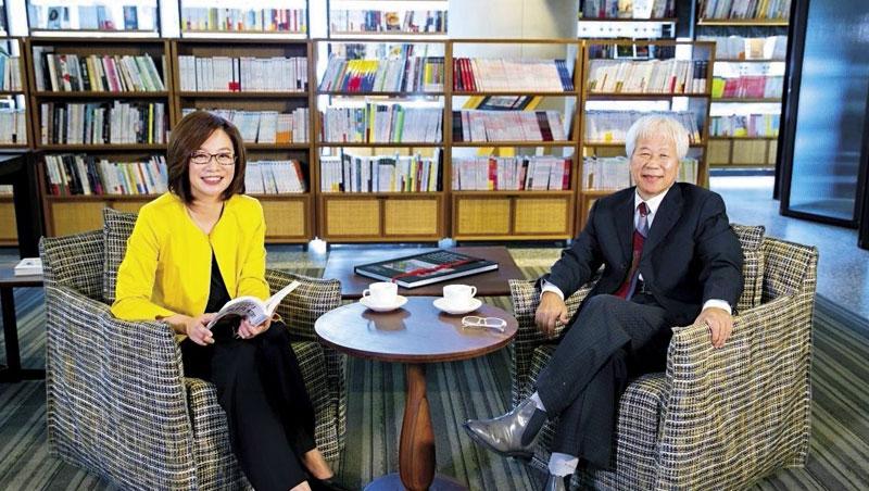 商周集團執行長郭奕伶 (左)、城邦集團首席執行長何飛鵬 (右)