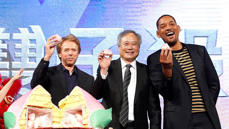 李安(中)近日帶著威爾·史密斯(右)一同來台宣傳《雙子殺手》。