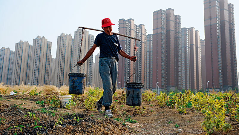 中國一線城市房地產翻數倍,農民卻因土地無法轉賣分不到羹,又被地方政府隨意徵收引發多次抗爭,但此情況明年就可能改變。