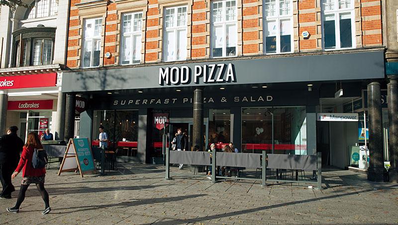 創業夫妻檔非常保護美德披薩這塊招牌,不願追求數字成長,全球400多家門市僅25%是加盟店,其餘都是自營形態。