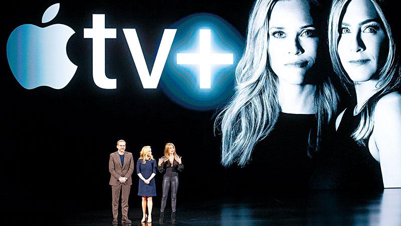 「蘋果電視+」發表會上,雖有珍妮佛安妮斯頓(右)等大明星助陣,輿論卻稱其節目內容平庸。