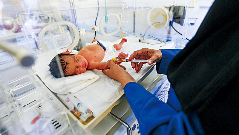 目前,早產兒存活率的問題是,雖然救活了,但強效保溫箱反可能損壞器官,後續帶來經濟、社會成本。