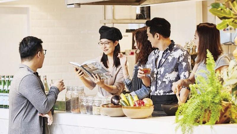 在寬庭共享廚房,開放式廚房與吧檯讓派對參加者可烹調料理,小露一手。