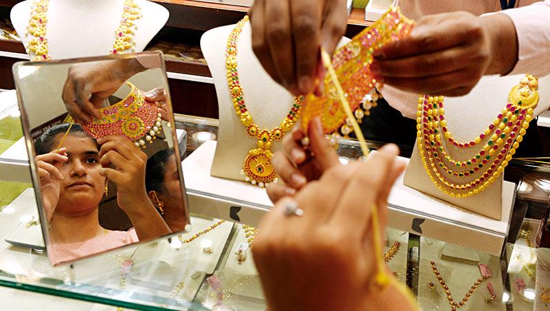 印度是全球僅次於中國的第2大黃金消費國,不過今年金價猛漲逾20%,加上國內經濟疲軟,預計買氣將降溫。