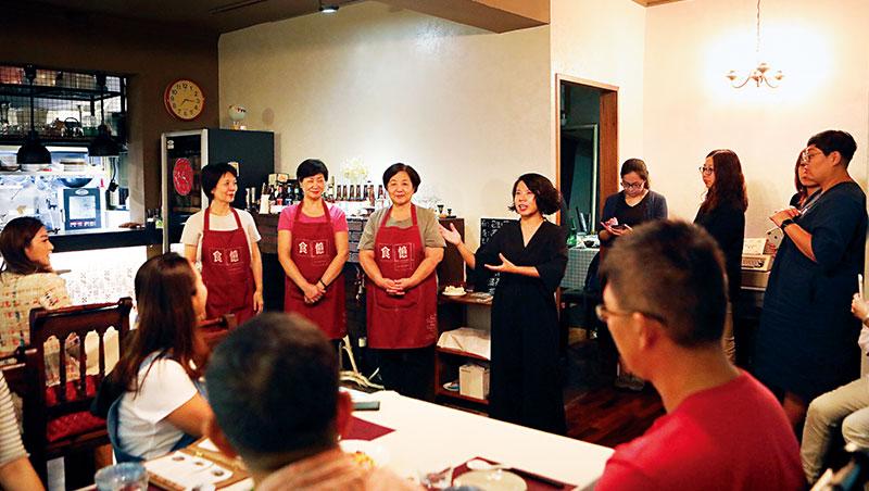介紹今日大廚是每次開飯前,食憶創辦人陳映璇(左7)必做的事,介紹主廚,也告訴食客關於菜色的小故事。