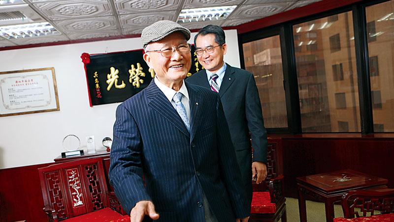 陳定川(左)儘管交棒10年,依舊每天9點準時進辦公室,做現任董事長、陳家二代陳建信(右)最好的諮詢者。_楊文財
