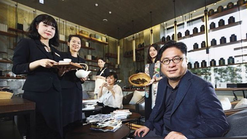承億文旅董事長戴俊郎(右1)將飯店結合在地文化,像嘉義有高山茶都之稱,在地旅店便以茶文化做為設計概念。